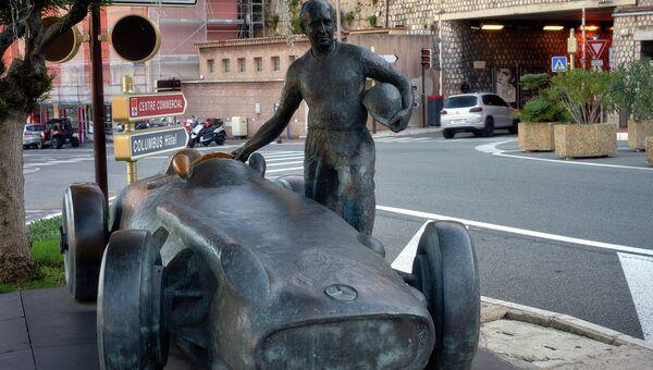 Скульптура гонщика Формулы 1 на трассе в Монте-Карло, княжество Монако. Архивное фото