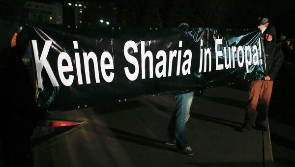 Баннер Нет шариату в Европе на антиисламской акции в Дрездене