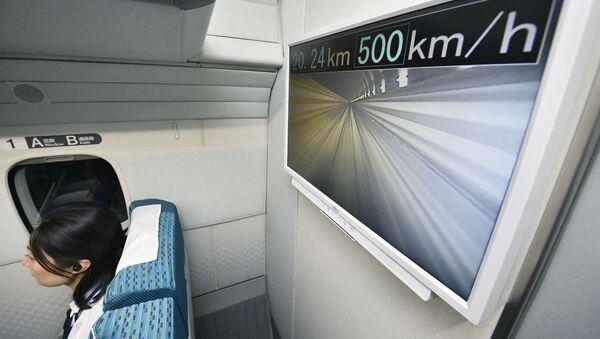 Скорость движения на мониторе в вагоне поезда компании Central Japan Railway. Япония, архивное фото