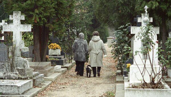 Потомки русских эмигрантов во Франции идут по аллее русского кладбища