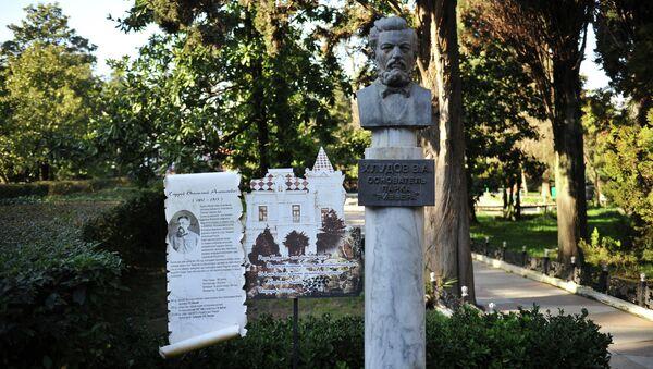 Бюст основателя парка Ривьера Василия Хлудова