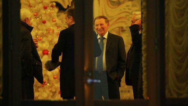 Посол России в Белоруссии Александр Суриков, посол России на Украине Михаил Зурабов и Леонид Кучма перед началом заседания Контактной группы в Минске