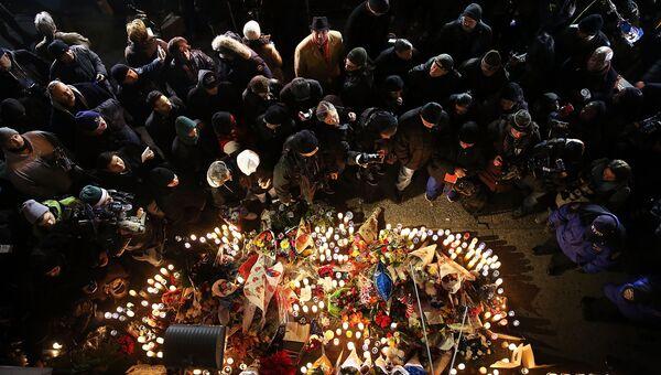 Люди приносят цветы и свечки к месту убийства полицейских в Нью-Йорке. 25 декабря 2014