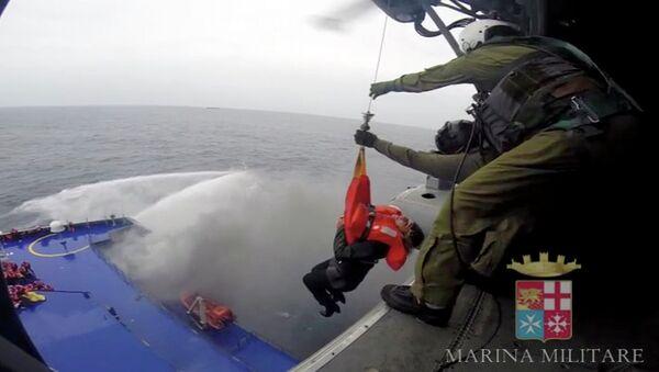 Подъем пассажира парома Norman Atlantic на борт вертолета. Кадр из видео Marina Militare