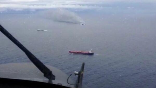 Вид на горящий паром Norman Atlantic с борта вертолета. Кадр из видео ВВС Италии