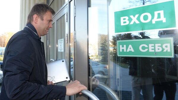 Оппозиционер Алексей Навальный у здания Мосгорсуда. Архивное фото