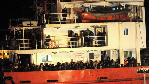 Судно с нелегальными мигрантами в Италии