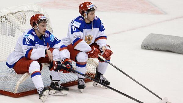 Игроки сборной России Павел Бучневич (слева) и Сергей Толчинский после поражения в финальном матче чемпионата мира по хоккею между сборными командами Канады и России.