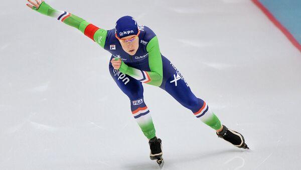 Ирен Вюст (Нидерланды) на дистанции в забеге среди женщин на 500 метров на чемпионате Европы по конькобежному спорту в Челябинске.