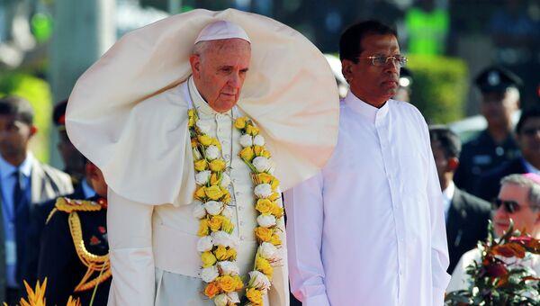 Папа Римский Франциск и президент Шри-Ланки Маитрипала Сирисена в аэропорту Коломбо