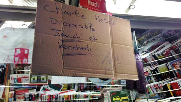 Надпись Журнал Charlie Hebdo будет завтра в газетном киоске Парижа. Архивное фото