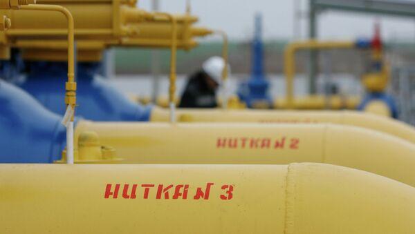 Нитки газопровода на территории введенной в строй после реконструкции газораспределительной станции ОАО Газпром