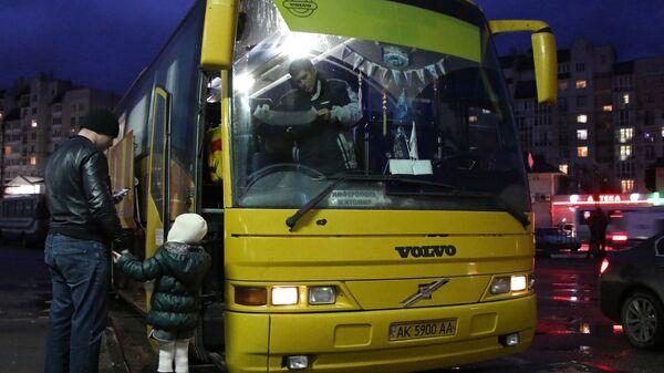 Пассажиры у автобуса на центральном автовокзале в Симферополе. Архивное фото