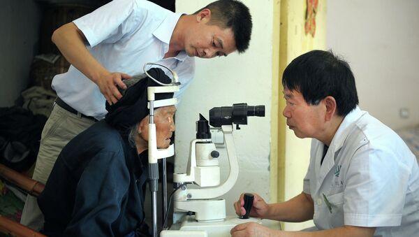 Китайские медики производят осмотр пациента-старожила. Архивное фото