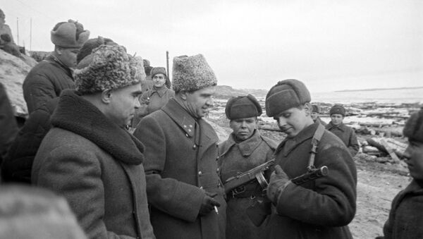 Командующий 62-й армией Василий Иванович Чуйков (слева) беседуют с солдатом, отличившемся в бою