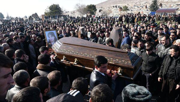 Похороны семьи из шести человек, убитой в Гюмри, Армения. Архивное фото