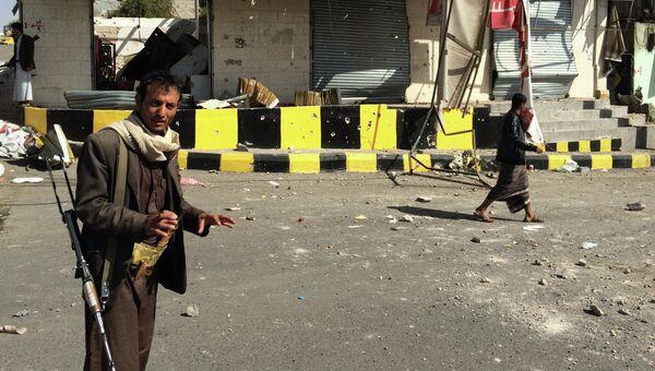 Вооруженные бевики на улице в Сане, Йемен. Архивное фото