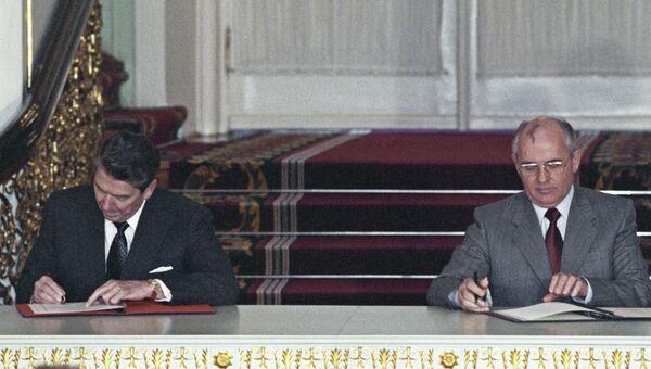 Президент США Рональд Рейган (слева) и Генеральный секретарь ЦК КПСС Михаил Горбачев (справа) на церемонии обмена ратификационными грамотами о введении в действии советско-американского договора о ликвидации ракет средней и меньшей дальности.