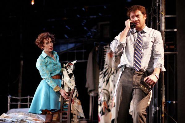 Чулпан Хаматова и Кирилл Сафонов в спектакле  Двое на качелях