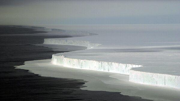 Вид на огромный айсберг в Антарктиде, архивное фото