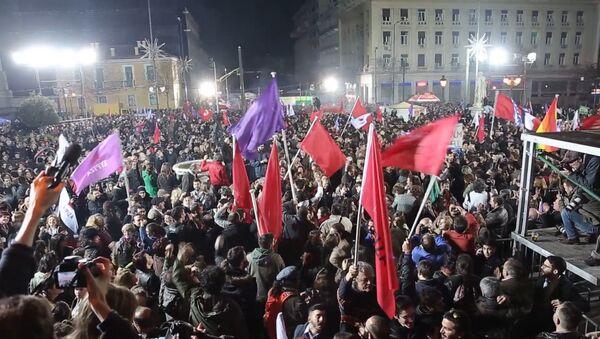 Жители Афин с флагами приветствовали победу СИРИЗА на выборах в Греции