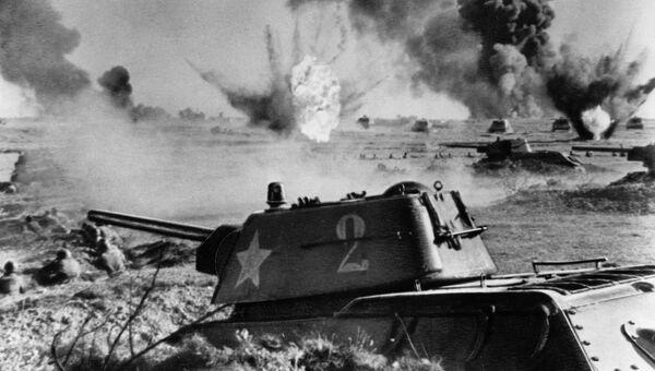 Советский танк Т-34 в бою во время Сталинградской битвы