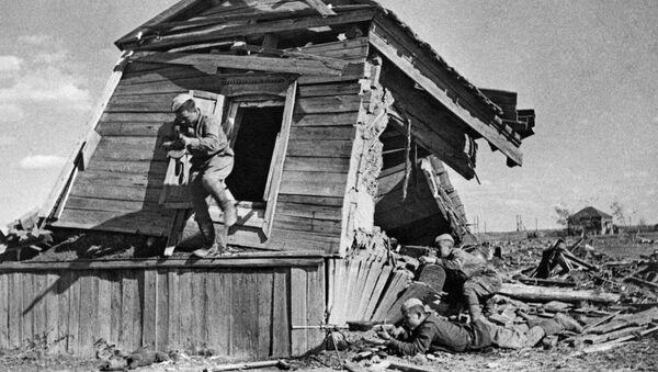 Русские солдаты во время боя в разрушенном доме. Сталинградская битва