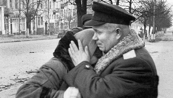Никита Хрущев обнимает жительницу Сталинграда
