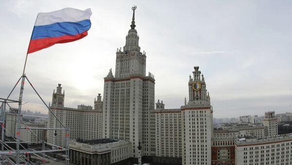Вид на Главное здание Московского государственного университета им. М.В.Ломоносова. Архивное фото.