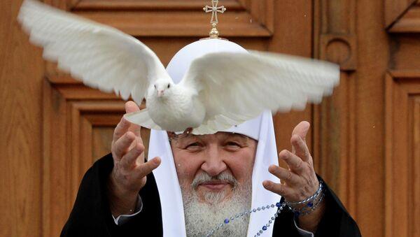 Патриарх Кирилл отпускает голубя во время Благовещения