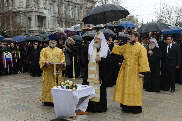 Патриарх Московский и всея Руси Кирилл проводит обряд освящения на церемонии открытия памятника последнему императору России Николаю Второму в Белграде