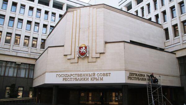 Рабочие крепят на фасад Государственного совета Республики Крым название парламента на украинском языке в городе Симферополе. Архивное фото