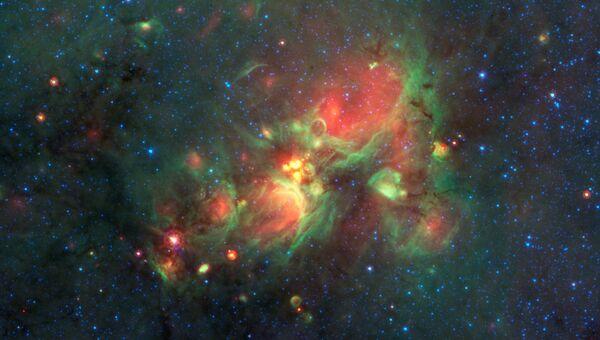 Фотография с телескопа Спитцер, в центре которой можно увидеть желтые шары - зародыши крупных звезд