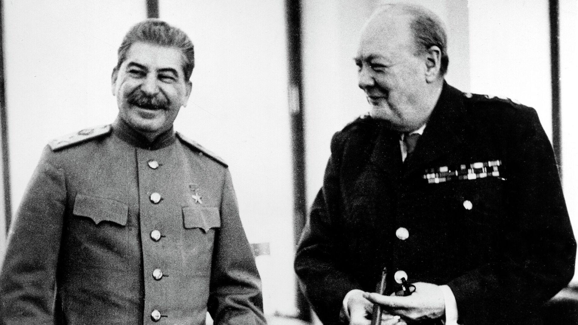Маршал СССР Иосиф Виссарионович Сталин и премьер-министр Великобритании Уинстон Черчилль в Ливадийском дворце - РИА Новости, 1920, 25.05.2021