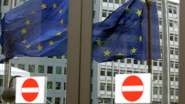 Флаг Евросоюза в отражении дверей