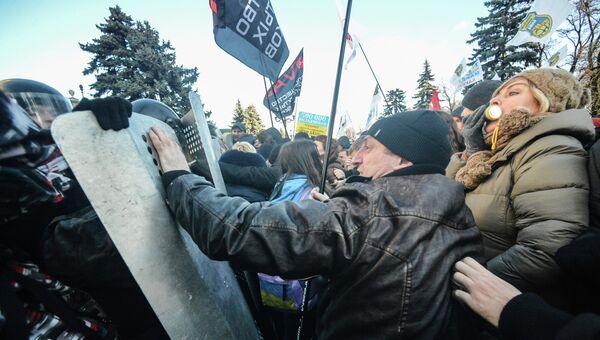 Участники протестной акции во время столкновения с сотрудниками милиции в центре Киева
