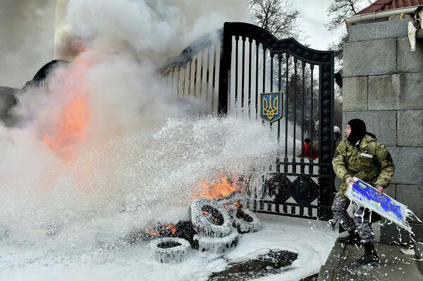 Боец батальона Айдар у ворот Минобороны Украины