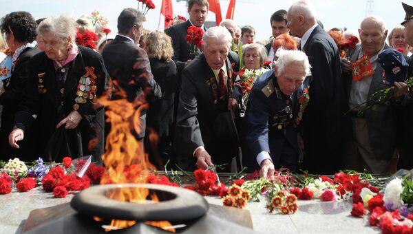Ветераны на церемонии возложения цветов к Вечному огню у мемориала погибшим в Великой Отечественной войне. Архивное фото