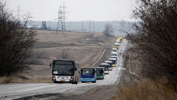 Колонна автобусов с эвакуированными жителями Дебальцево