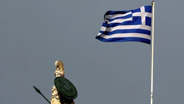 Греческий флаг и статуя богини Афины в центре Афин, Греция