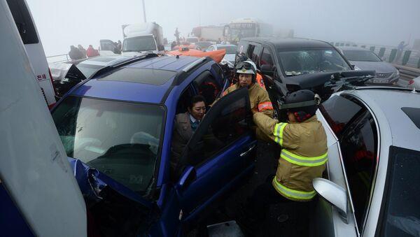 Сто автомобилей столкнулись на мосту в Южной Корее, 10 февраля 2015