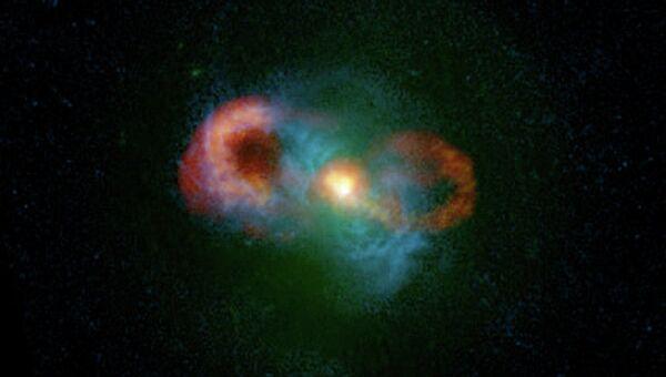 На этой композитной фотографии можно увидеть «ручку» галактики Чайная чашка, ее плазменные «уши» и следы джетов