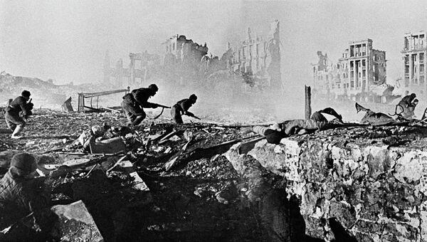 Советские солдаты штурмуют дом в Сталинграде