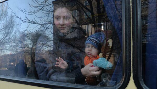Беженцы в салоне автобуса, который отправляется из Донецка в Россию. Архивное фото
