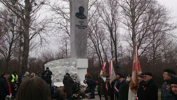 Памятник Черняховскому. Архивное фото