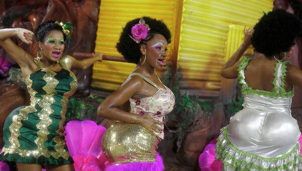 Участники праздничного шествия на карнавале в Рио-де- Жанейро