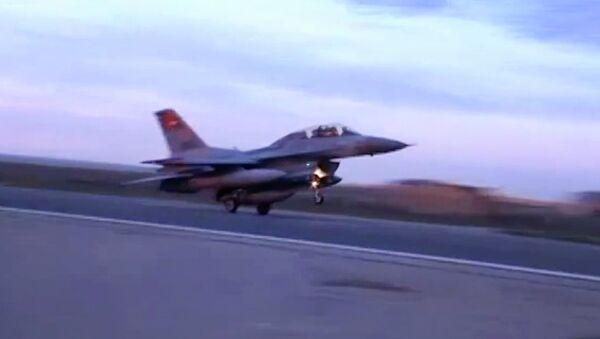 Истребитель ВВС Египта во время посадки на авиабазу