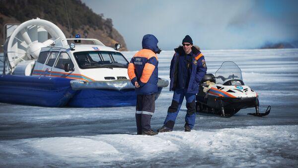 Сотрудники МЧС дежурят на льду озера Байкал. Архивное фото