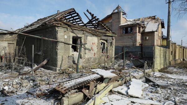 Разрушенные в результате обстрела дома в поселке Октябрьский в Донецке. Архивное фото