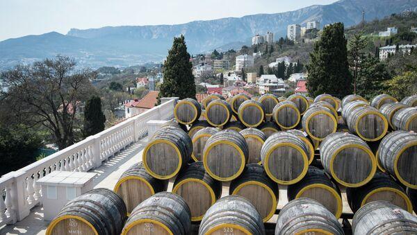 Ряды дубовых бочек для вызревания вина марки Мадера на винодельческом заводе Массандра. Архивное фото